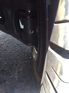 vú mỡ tại bánh sau của xe nâng hàng