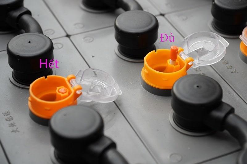 Châm nước cất cho bình ắc quy chì axit